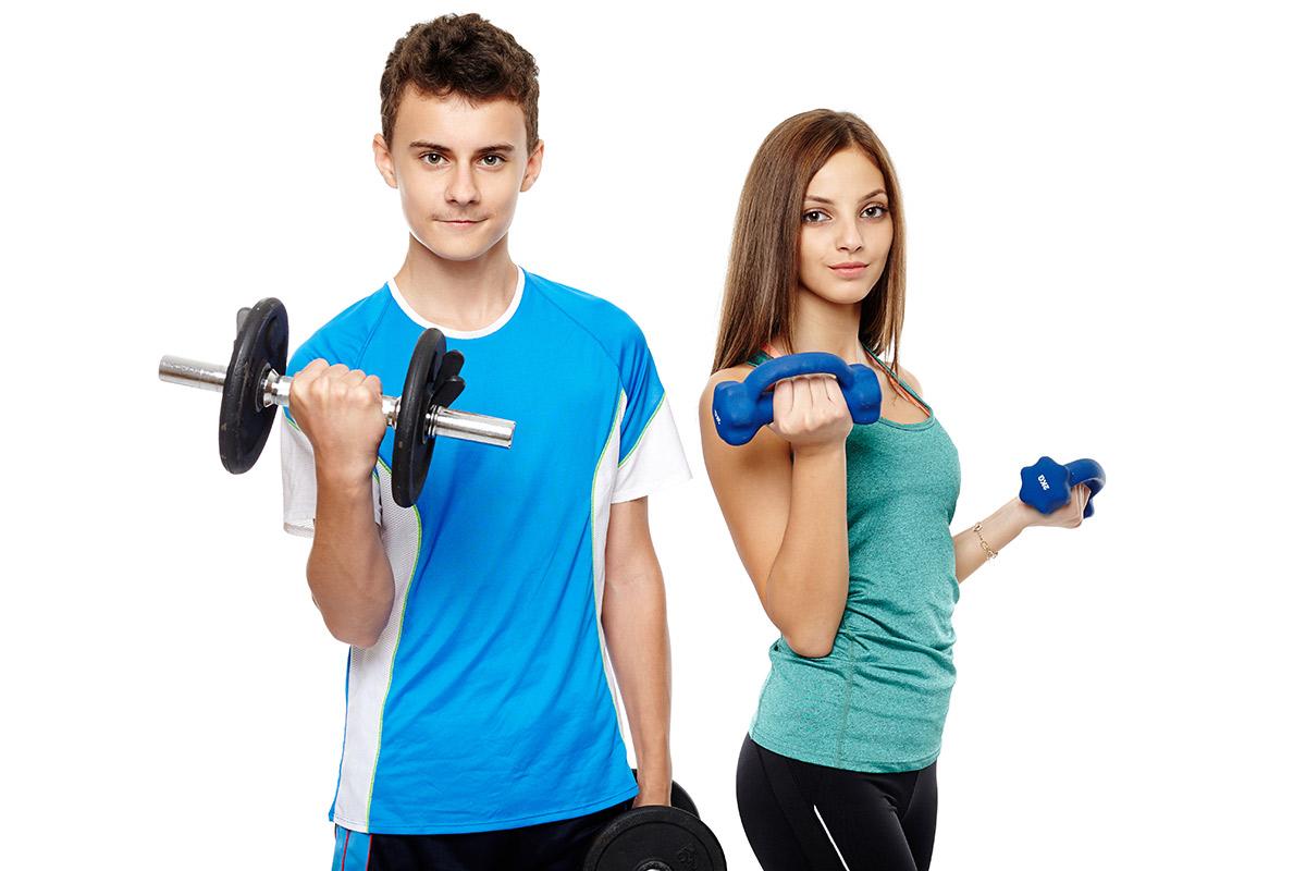 teenageři a cvičení s činkami